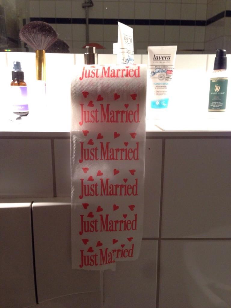 Toiletten-Romantik. Wer denkt beim Heiraten schon an den Alltag des Zusammenwohnens ? Ich und meine Schwestern ;)