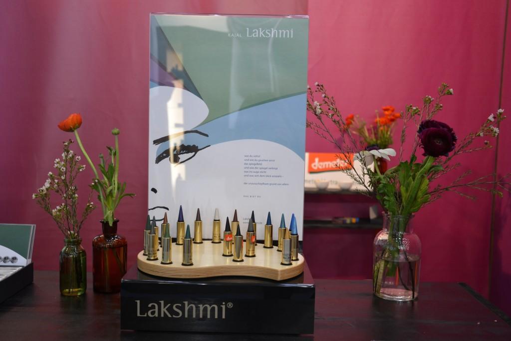 Der schlichte Stand von Laskhmi wirkte wie eine Oase inmitten der Messe. Neue Proukte wird es nicht geben, aber de Kajal Tannengrün wurden ins Standardsortiment aufgenommen.
