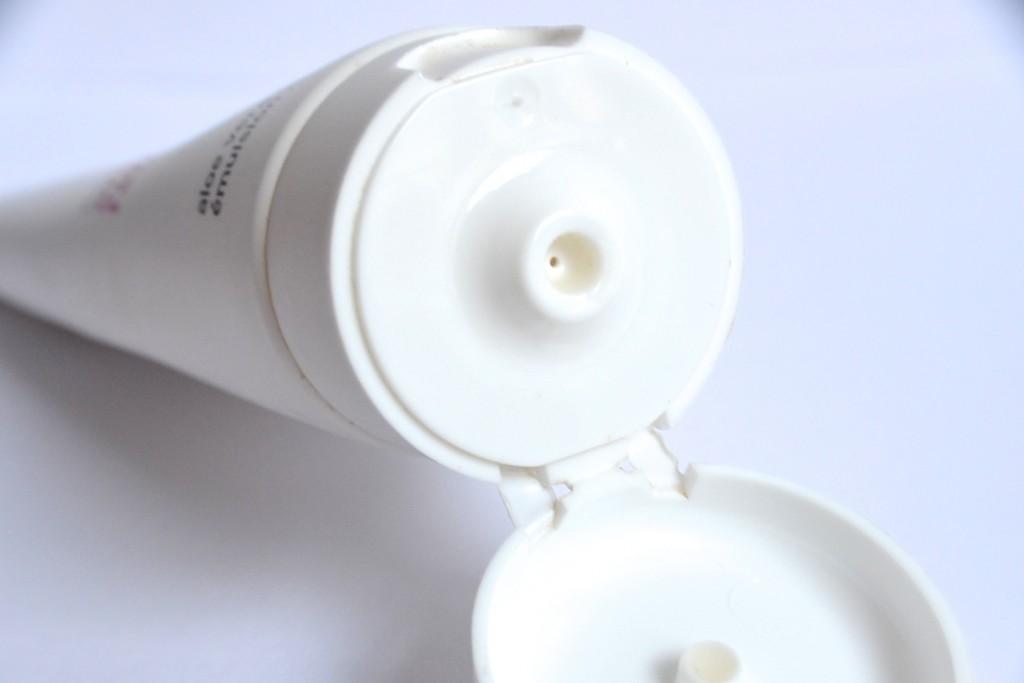 Die kleine Öffnung erleichtert das Dosieren und ermöglicht eine sparsame Anwendung.