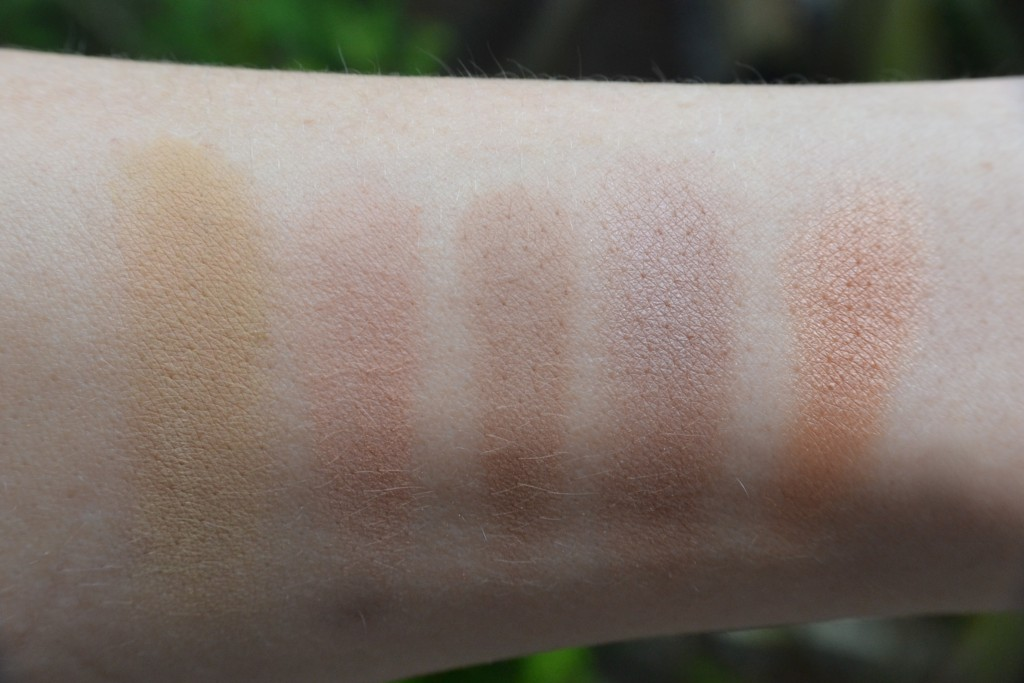 Von Links nach Rechts:  Andrea Biedermann in Jacaranda, Dr.Hauschka Bronzing Powder, UNDGRETEL SUNNE in Wide, Dr.Hauschka Summer Impressions Cool Breeze, Zao Mineral Cooked Powder in Bronz Cooper